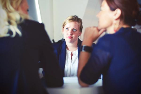 três mulheres numa entrevista de emprego