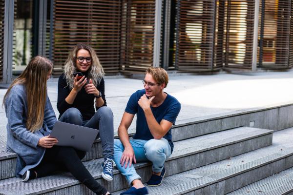 colaboradores de uma empresa a descontrair num momento de pausa